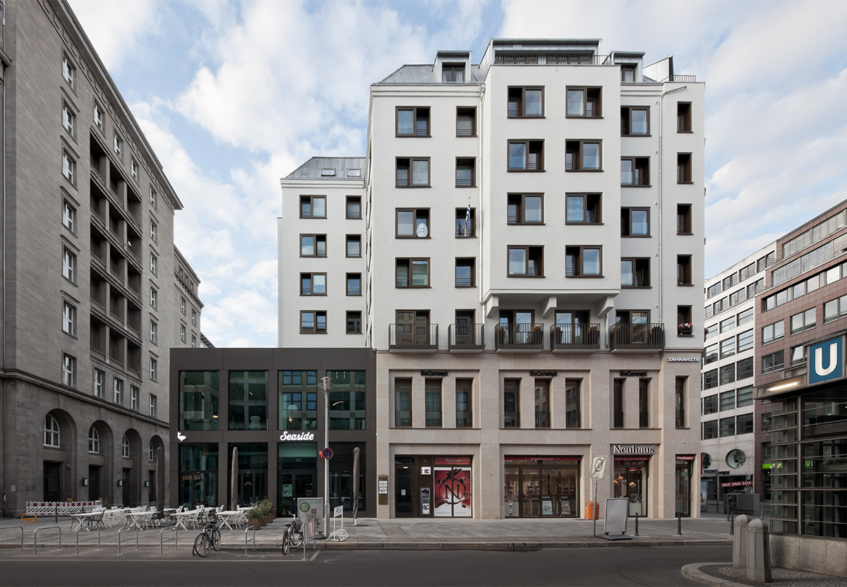 1_FRI63_Friedrichstrasse_Aussenansicht Fassade Holzfenster